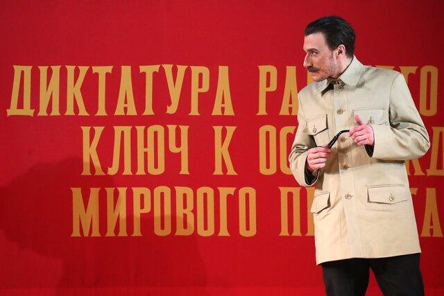 Пылкий и хозяйственный любовник Сосо. Все обсуждают спектакль Чудесный грузин о молодости Иосифа Сталина во МХАТе. Мы его посмотрели  и (относительно