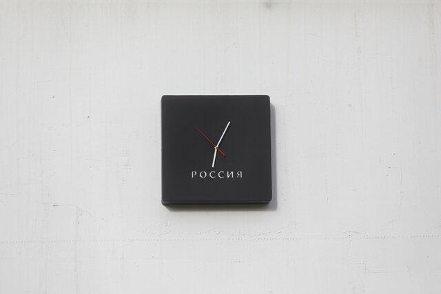 День России  работа художника Константина Беньковича. Это часы, идущие назад. Сегодня они появились в Нижнем Новгороде на доме Бориса Немцова