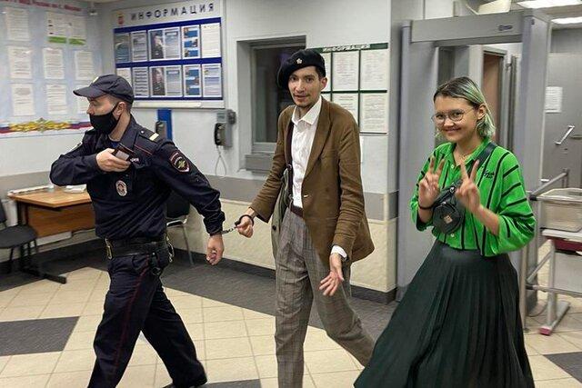 19-летняя журналистка Ника Самусик стала подозреваемой по уголовному делу за съемку перформанса со стрельбой на Красной площади. Девушку освободили и