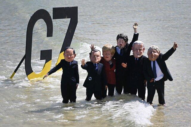Как в Великобритании прошел саммит Большой семерки и акции протеста против него (с участием надувной акулы). Фотографии