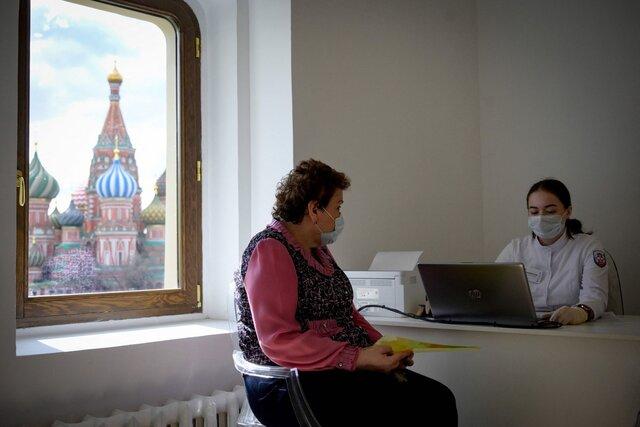 В Москве и Подмосковье началась обязательная вакцинация от ковида. Медуза выяснила, как принималось это решение  и что собираются делать власти други