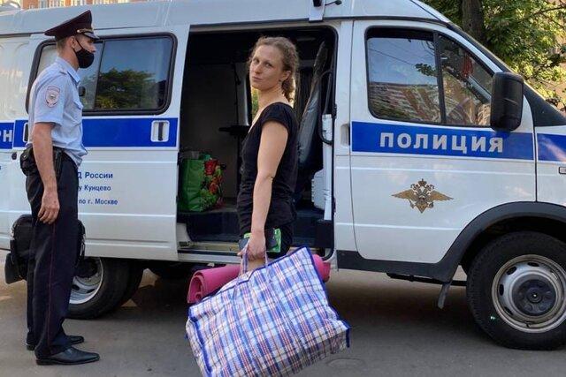 Полицейские: задерживают Марию Алехину прямо у спецприемника после 15 суток ареста. Также полицейские: пишут в рапорте, что она материлась у своего д