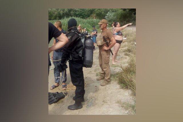 В Киеве спасатели два часа искали утонувшую женщину. Она буквально стояла у них за спиной и смотрела, как идут поиски
