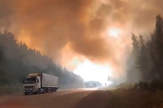 Лесной пожар вплотную подошел к трассе между Пермью и Екатеринбургом. Вот как это выглядит