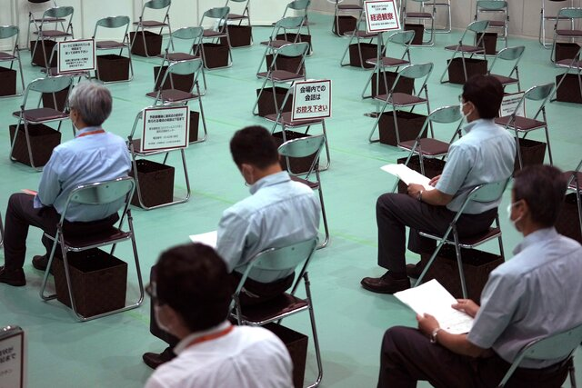 В Японии в партиях вакцины Moderna нашли примеси. Потенциально загрязненным препаратом привили 500 тысяч человек. Умерли двое мужчин, но связано ли э