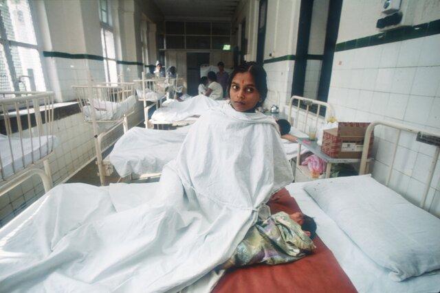 В Индии не хватает медицинских работников, оборудования и даже банальных бинтов. Вот что помогает врачам не сойти с ума и лечить пациентов достойно.