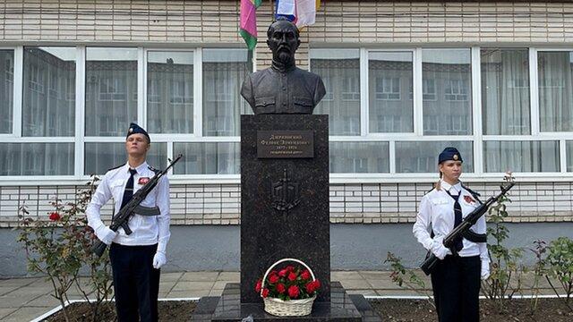 В Симферополе и Краснодаре в один день открыли два памятника Дзержинскому. В ФСБ сказали, что Железный Феликс поднимал страну из нищеты, в РПЦ напомн