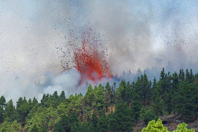 На Канарских островах началось извержение вулкана, спавшего с 1971 года. За неделю до этого в районе вулкана произошло 22 тысячи подземных толчков. Ф