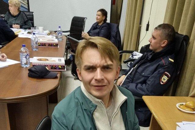 Еще утром математик Михаил Лобанов с отрывом побеждал телеведущего Евгения Попова. Но потом появились результаты электронного голосования. Вот расска