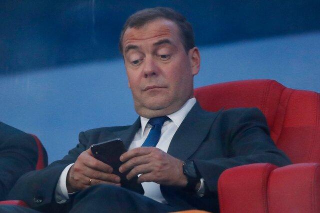 Медведев был вярости, когда Twitter снова посоветовал ему подписаться наНавального. Как защитить себя от«осужденного гражданина»? Простейшая инструкция для бывшего президента