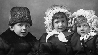 Vera Chaplina (center) with her brother, Vasya, and her sister, Valya, 1914