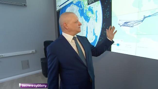 Сергей Канчуков нафоне экрана ситуационного центра ГлавНИВЦ