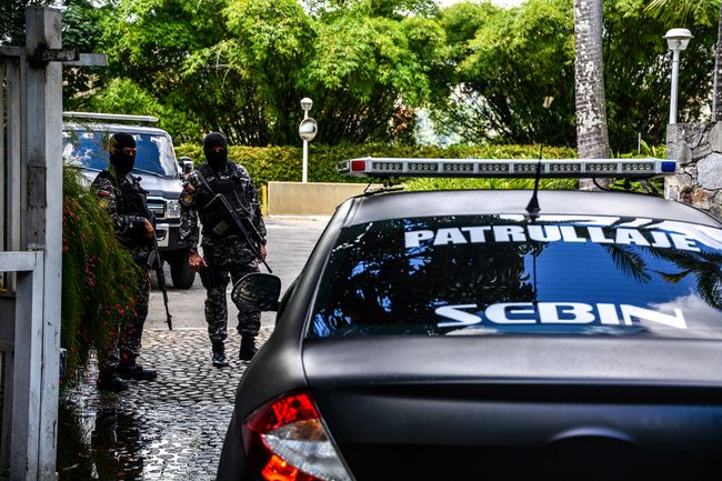 Bolivarian Intelligence Service officials surround Mayor Antonio Ledezma's residence, after his escape from house arrest.