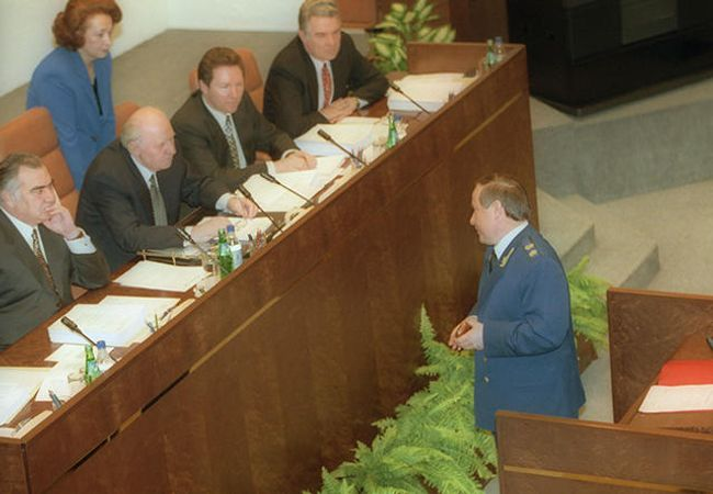 Attorney General of Russia Yuri Skuratov at a meeting of the Federation Council discussing his removal
