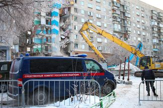 Investigators at the site of the apartment building collapse in Magnitogorsk, December 31, 2018