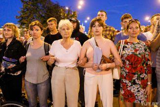 Фотография, снятая фотографом Tut.by Ольгой Шукайло, стала одним из символов уличных акций в Беларуси. Летом 2020 года белоруски стали важной частью протестного движения — после жестких задержаний они начали ежедневно выходить на мирные акции в поддержку пострадавших демонстрантов