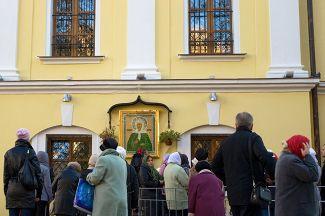 Паломники у иконы Святой Блаженной Матроны Московской в Покровском женском монастыре в Москве