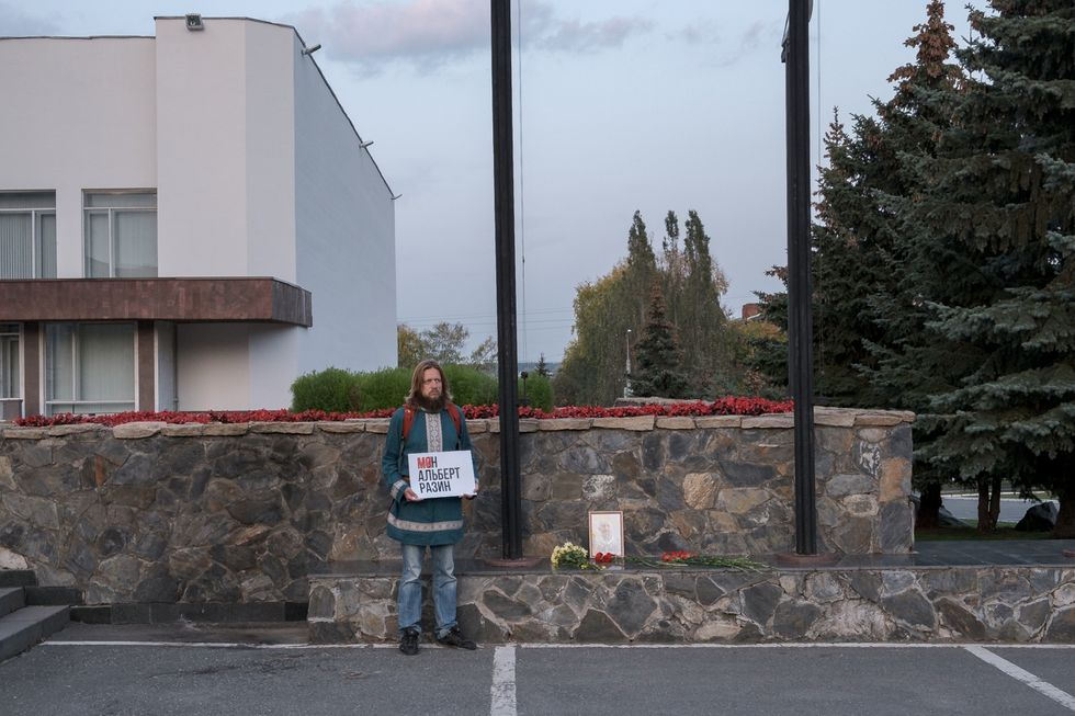Andrey Perevozchikov holds an individual picket at the site of Albert Razin's death. September 2019