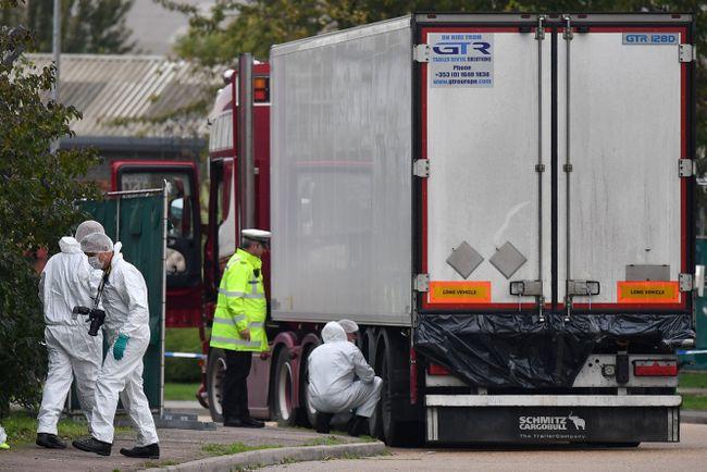 Полиция осматривает грузовик вЭссексе, где были найдены тела 39 погибших. 23октября 2019 года