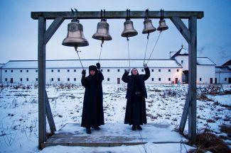 Монахини звонят в колокола в Свято-Елисаветинском женском монастыре
