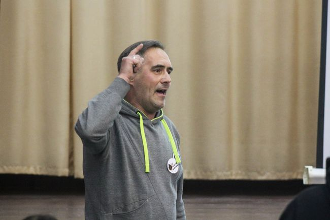 Sergey Yelfimov makes a point during elections for Komi Voityr delegates. October 10, 2019