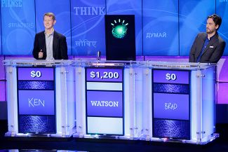 Кен Дженнингс, робот Watson и Брэд Руттер на телевикторине Jeopardy! 13 января 2011 года