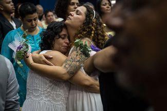 Гей-пара после заключения брака в Рио-де-Жанейро, на первой массовой церемонии бракосочетания между однополыми парами. 8 декабря 2013 года