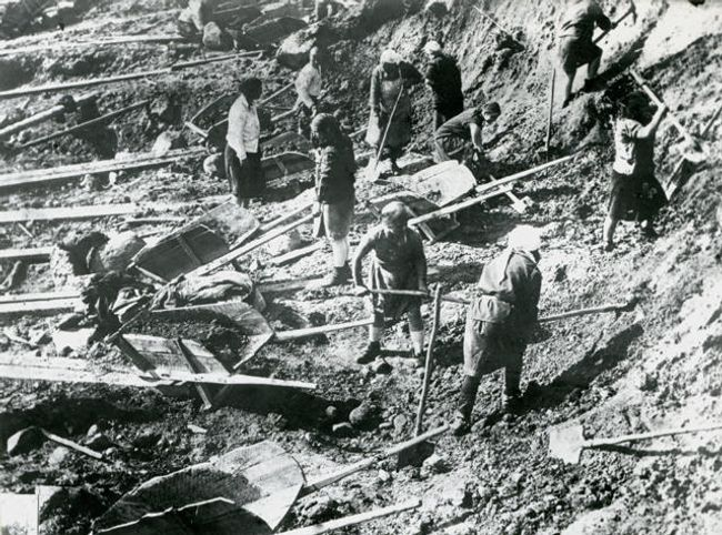 Construction work at the Belomorkanal. Pictured here is the Ignatenko women's brigade filling the dam. 1930s.