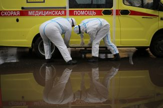 A crew from the Nizhny Novgorod center for emergency medicine prepares to depart.