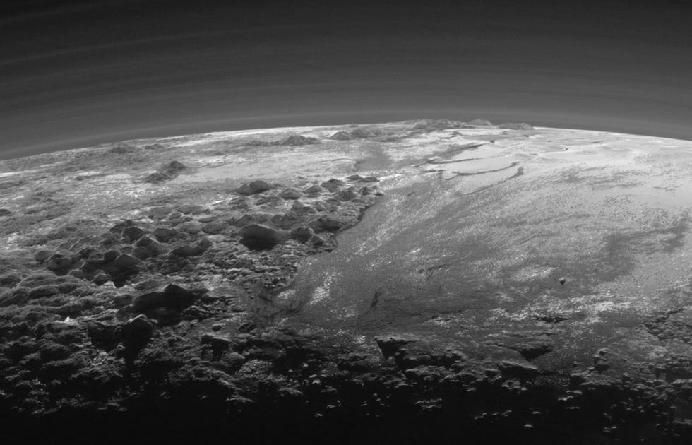 Закат наПлутоне, снятый New Horizons после максимального сближения: видны ледяные горы иобщая топография карликовой планеты