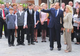 Governor Mikhail Men and Dmitry Medvedev's wife, Svetlana, at a cultural center's opening in Plyos
