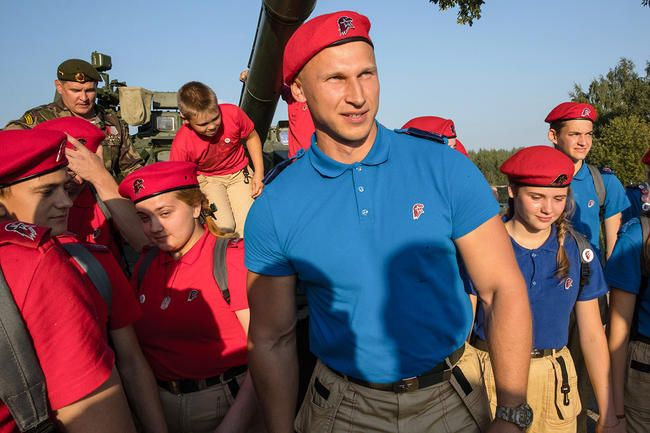"YouthArmy head and former bobsledder Dmitry Trunenkov (center) and a rally in ""Patriot"" park, August 18, 2017"