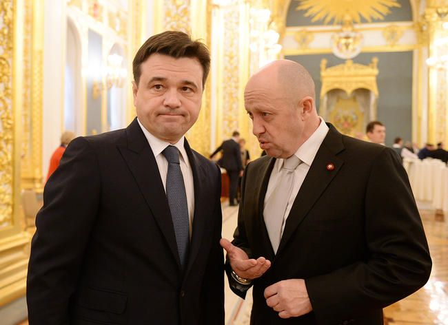 Moscow oblast Governor Andrei Vorobev (left) and Evgeny Prigozhin at the St. George Hall of the Kremlin. December 2015.