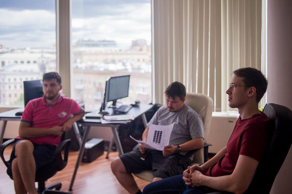 Кухаренко сколлегами вофисе компании. Пока что вштате N-Tech.Lab работает меньше десяти человек. Москва, 5июля 2016 года