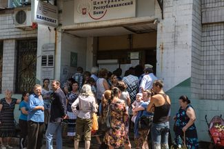 Residents of Donetsk line up in front of a DPR Central Bank branch for welfare payments.