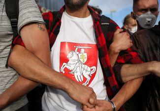 Многие протестующие использовали в качестве знака отличия бело-красно-белый флаг и