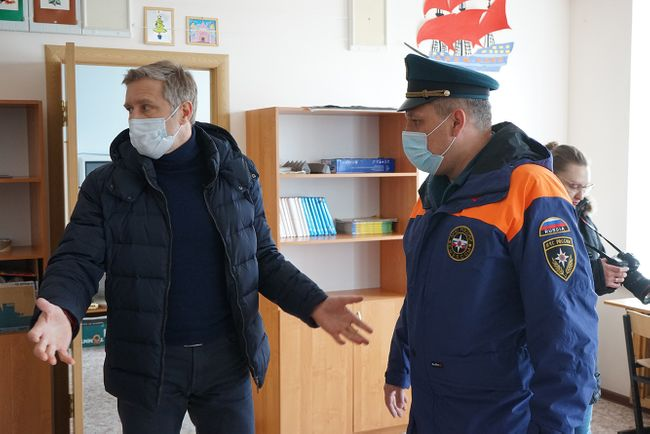 NAO acting Governor Yuri Bezdudny (left) inspects a temporary reception station in the flooded town of Velikovisochnoye