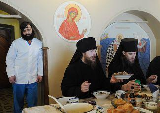 Обед в трапезной Иоанно-Богословского мужского монастыря в селе Пощупово в Рязанской области, 21 марта 2016 года