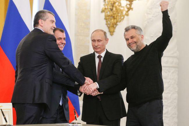 Глава Севастополя Алексей Чалый (справа, рядом сВладимиром Путиным) наподписании договора опринятии новых субъектов всостав России. Кремль, 18марта 2014 года