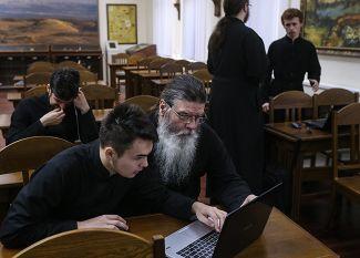 Студенты Московской Сретенской духовной семинарии перед экзаменом в аудитории