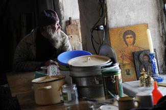 Послушник Коневского Рождество-Богородичного мужского монастыря (находится в Ленинградской области) в трапезной