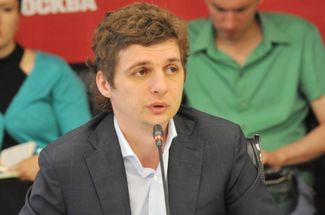 Artem Ekimov addresses a roundtable at Vechernyaya Moskva's press center, discussing reforms in the funeral industry. August 5, 2015.
