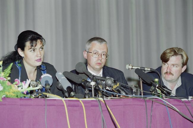 Igor Malashenko (center) at an August 1997 press conference