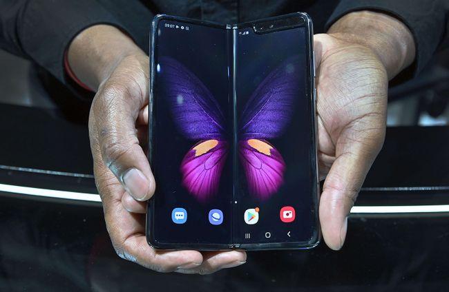 Galaxy Fold 5G настенде Samsung намеждународной выставке электроники CES 2020. Лас-Вегас, 8января 2020
