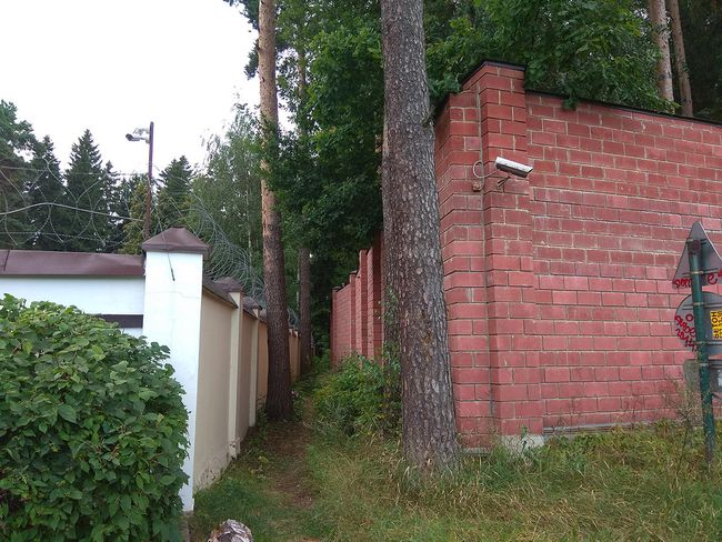 "On the left: Kobzon's wall. On the right: the wall of the Interior Ministry's ""Rushichi"" guesthouse."