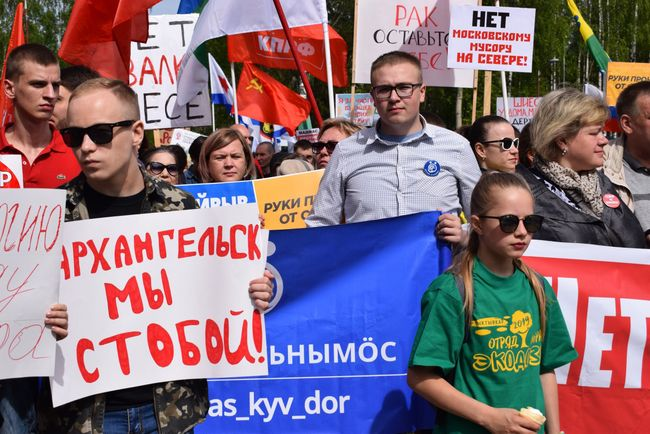 Nikolai Udoratin (center, blue poster) marches in a protest in Syktyvkar. June 2, 2019