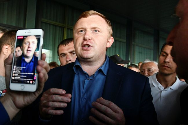 Andrey Ishchenko meets with supporters a day after Primorye's runoff gubernatorial election, September 17, 2018
