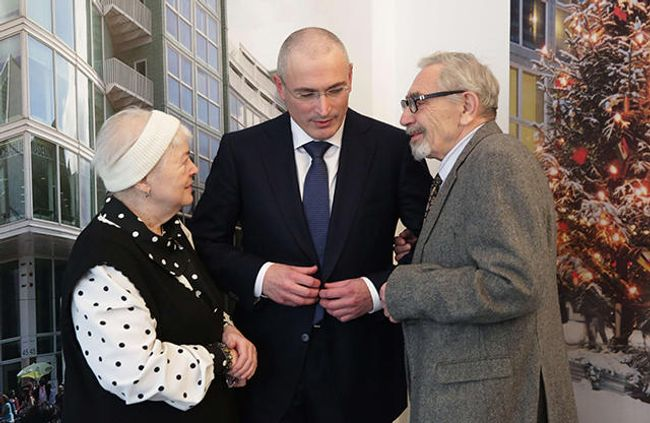 Mikhail Khodorkovsky with his parents in Berlin on December 22, 2013.