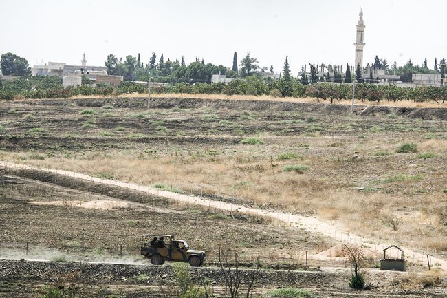 Turkish soldiers patrol the border with Syria along the Karkamış-Jarabulus crossing on July 31, 2015