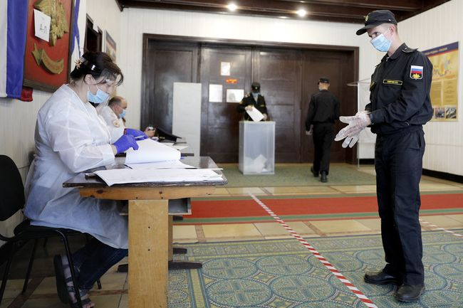 A Baltic Fleet officer at a polling station during voting on amendments to the Russian Constitution. Baltiysk, Kaliningrad region, June 26, 2020.